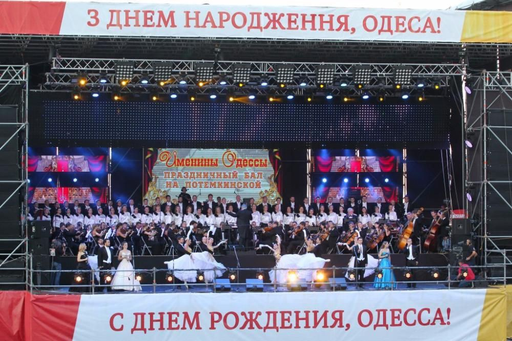 Полный состав Оперного театра на ДГ<br> <cite>Одесса, день города, 2015г</cite>